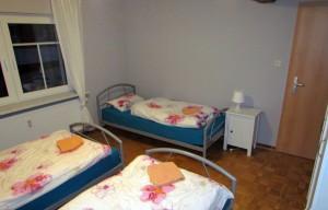 Schlafzimmer-mit-drei-Betten
