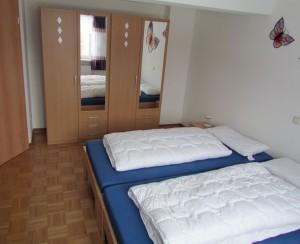 Schlafzimmer mit Ehebett auch auseinanderstellbar mit Spiegelschrank