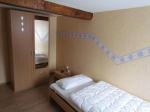 Schlafzimmer mit Ehebett auseinandergestellt