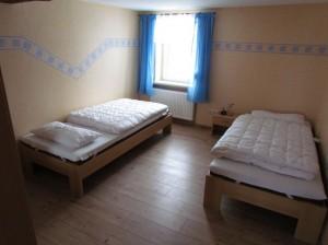 Schlafzimmer mit Ehebett auseinandergestellt II