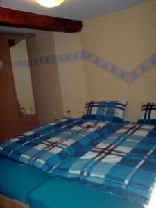 Schlafzimmer mit Ehebett zusammengestellt und Kleiderschrank mit Spiegel