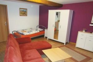 großes Wohnzimmer mit_ein_Einzelbett