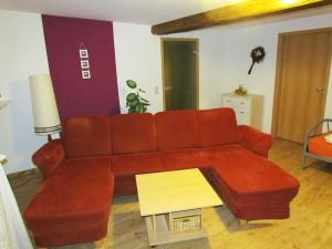 Großes Wohnzimmer mit Einzelbett
